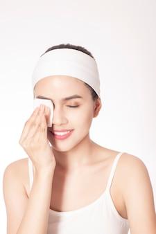 Belle femme nettoyant son visage