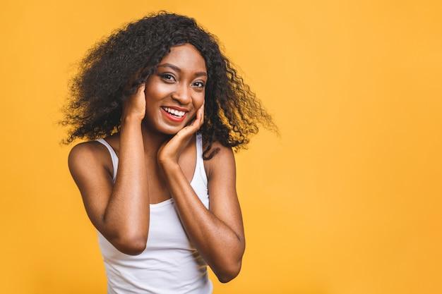 Belle femme noire afro-américaine souriante positive