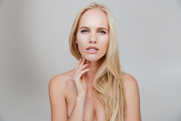 Belle femme nue aux longs cheveux blonds isolé