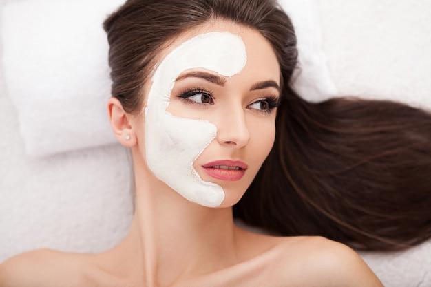 Belle femme, obtenir, masque cosmétique, dans, salon