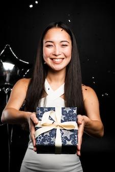 Belle femme offrant des cadeaux au nouvel an