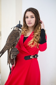Belle femme avec un oiseau
