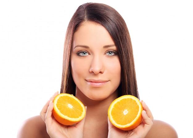 Belle femme, à, orange, dans, mains