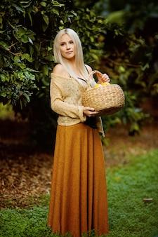 Belle femme avec panier d'agrumes