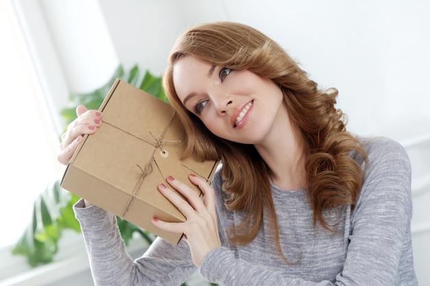 Belle femme, à, paquet