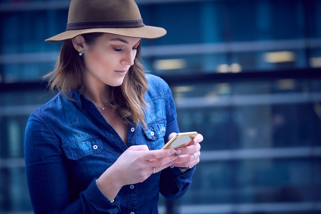Belle femme parlant au mobile en milieu urbain