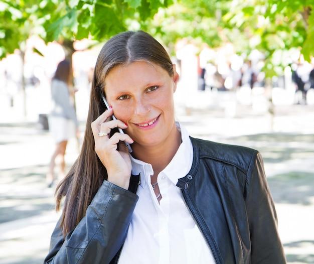 Belle femme parle au téléphone