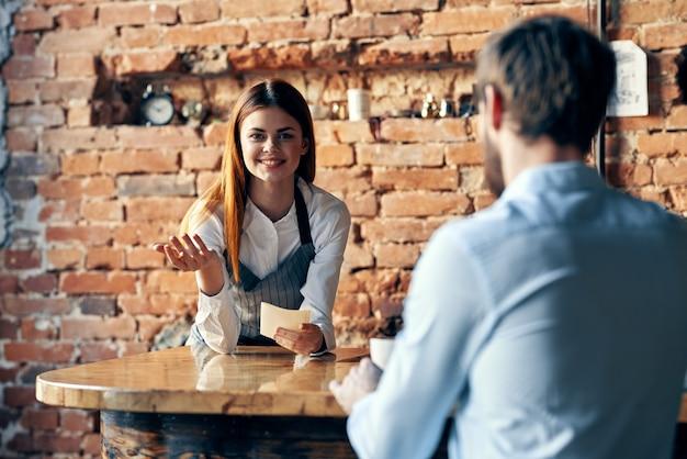 La belle femme parle à un homme