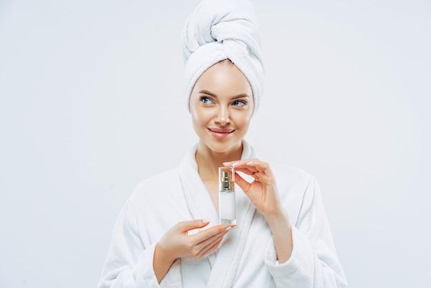 Belle femme avec une peau fraîche et propre, recommande un produit cosmétique