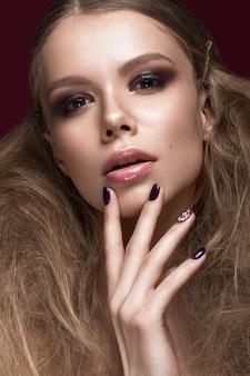 Belle femme avec une peau parfaite, maquillage de soirée, coiffure de mariage