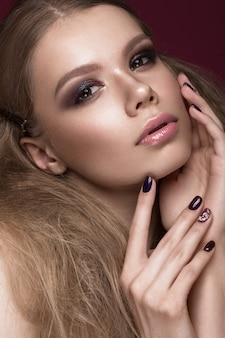 Belle femme avec une peau parfaite et un maquillage de soirée