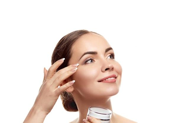 Belle femme à la peau propre. soin de la peau. produits de beauté. traitement facial. crème hydratante. cosmétologie, beauté et spa