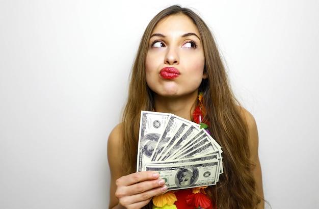 Belle femme pensant comment dépenser son argent