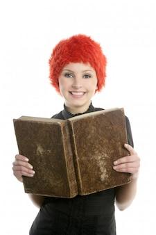 Belle femme, perruque orange lisant un livre ancien