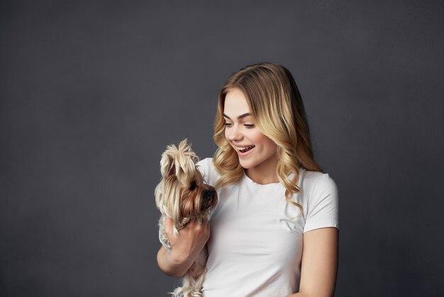 Belle femme un petit chien amusant studio fond isolé. photo de haute qualité