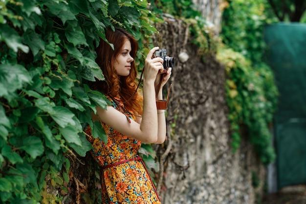 Belle femme photographe avec un vieil appareil photo