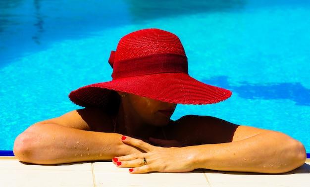 Belle femme à la piscine