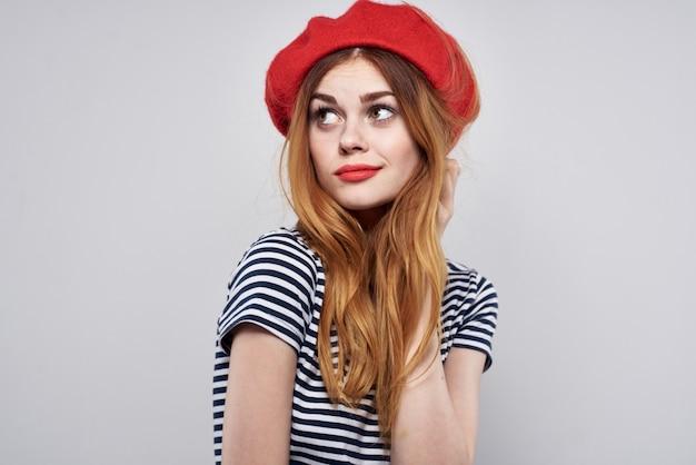 Belle femme portant un chapeau rouge maquillage france europe fashion posing summer