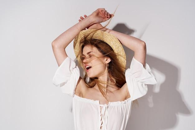 Belle femme portant des chapeaux modèle de décoration de studio de luxe glamour