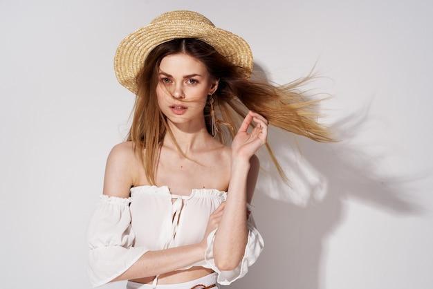 Belle femme portant des chapeaux modèle de décoration de studio de luxe glamour.