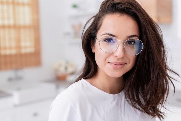 Belle femme portant des lunettes
