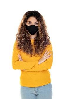 Belle femme portant un masque noir isolé sur fond blanc