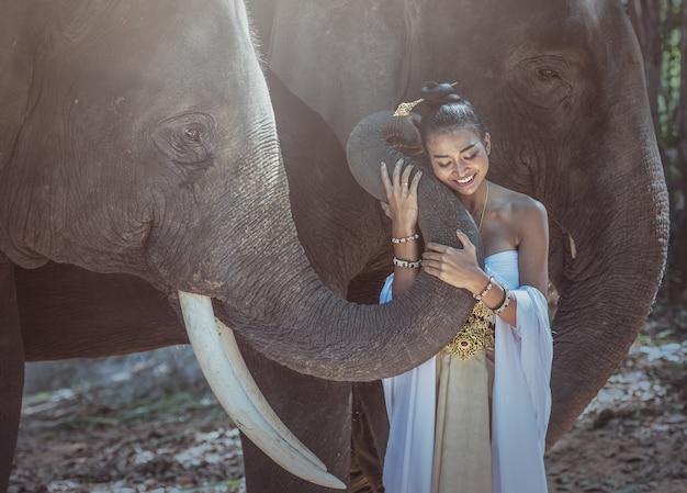 Belle femme portant des robes traditionnelles en soie thaïlandaise avec éléphant, province de surin, thaïlande