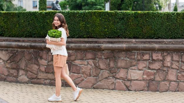Belle femme portant un sac d'épicerie
