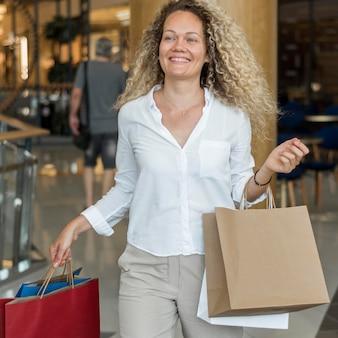 Belle femme portant des sacs à provisions