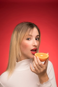 Belle femme avec portrait orange