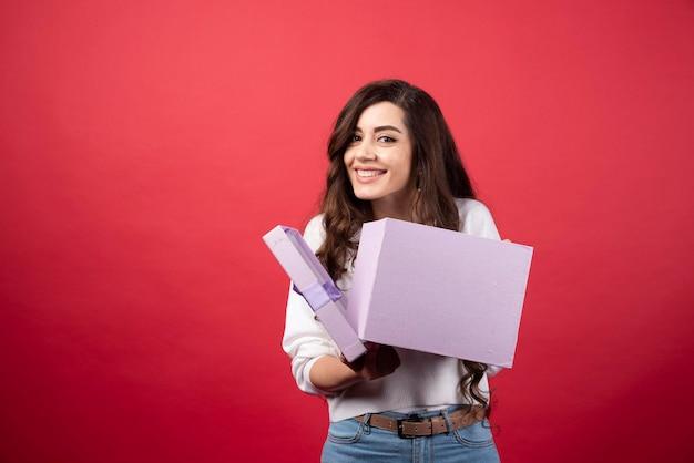 Belle femme posant avec boîte cadeau violet. photo de haute qualité