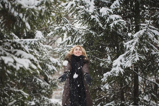 Belle femme posant dans une forêt d'hiver.