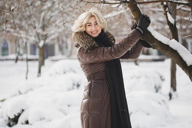 Belle femme posant dans le parc d'hiver.