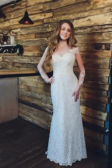 La belle femme posant dans une robe de mariée.