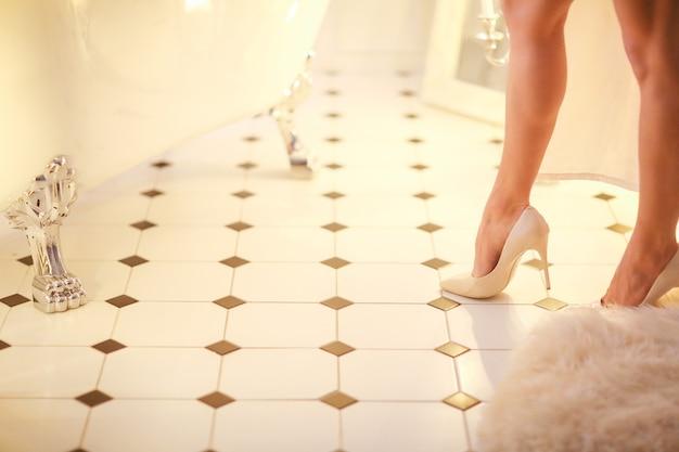 Belle femme posant dans la salle de bain