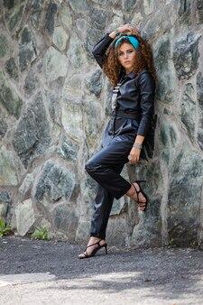 Belle femme posant dans des vêtements en cuir