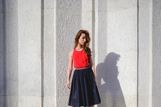 Belle femme posant sur un mur urbain