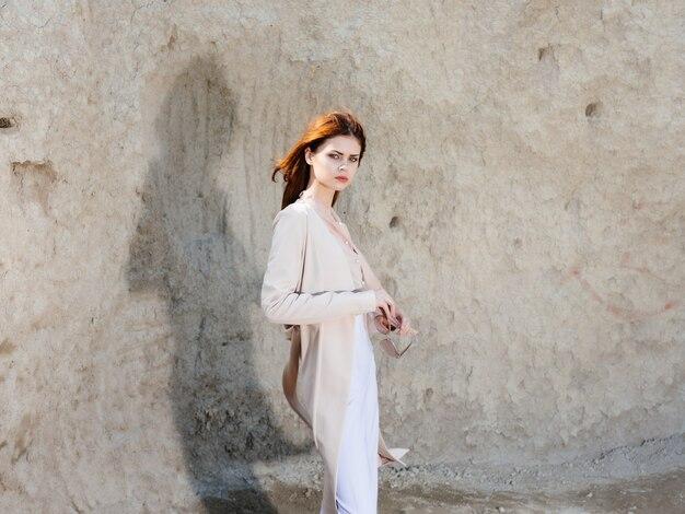 Belle femme posant sur le sable voyage modèle
