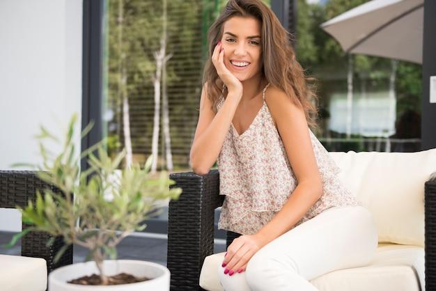 Belle femme posant sur la terrasse