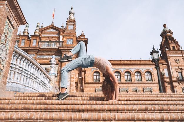 Belle femme en pose de yoga sur le pont de la plaza de espana à séville andalousie espagne