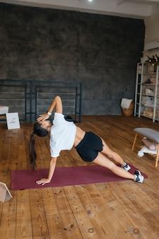 Belle femme pratiquant le yoga au matin ensoleillé.