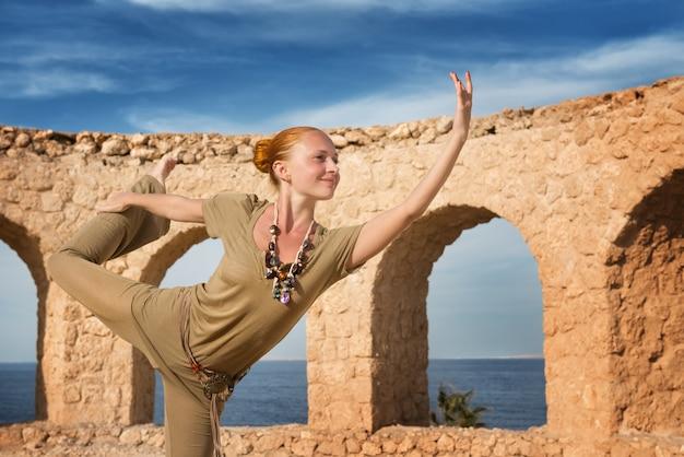 Belle femme pratiquant le yoga