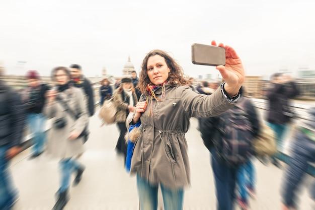 Belle femme prenant un selfie à londres