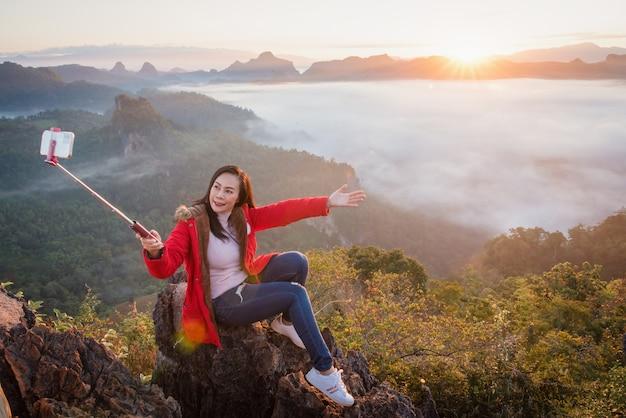Une belle femme prenant un selfie sur phu pha mok ban jabo dans la province de mae hong son, thaïlande.