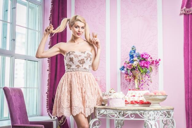 Belle femme prépare la fête d'anniversaire