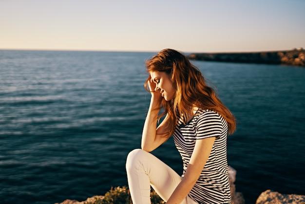 Belle femme près de la mer au ciel de tshirt d'été coucher de soleil