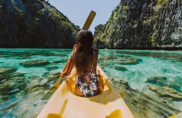 Belle femme profiter du temps dans le lagon de coron, philippines. concept de voyage tropical wanderlust