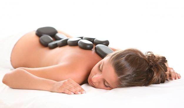 Belle femme profiter d'un spa avec des pierres