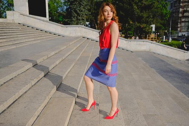 Belle femme qui monte les escaliers