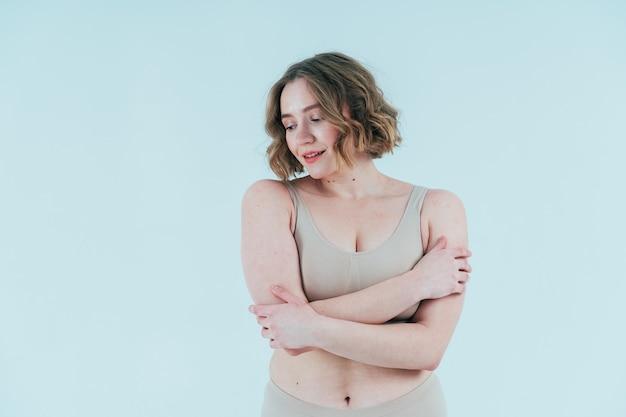 Une belle femme qui pose en studio. concept sur la positivité corporelle et l'acceptation de soi